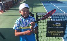 Уникальный трюк 10-летнего теннисиста взорвал соцсети. Он амбидекстр – бьет форхенд и справа, и слева